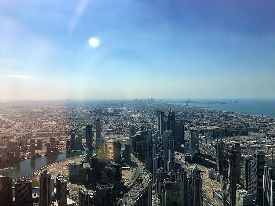 Blick über Dubai nach links, gen Süden. Im Hintergrund kann man am Strand ganz klein das Burj al Arab erahnen.