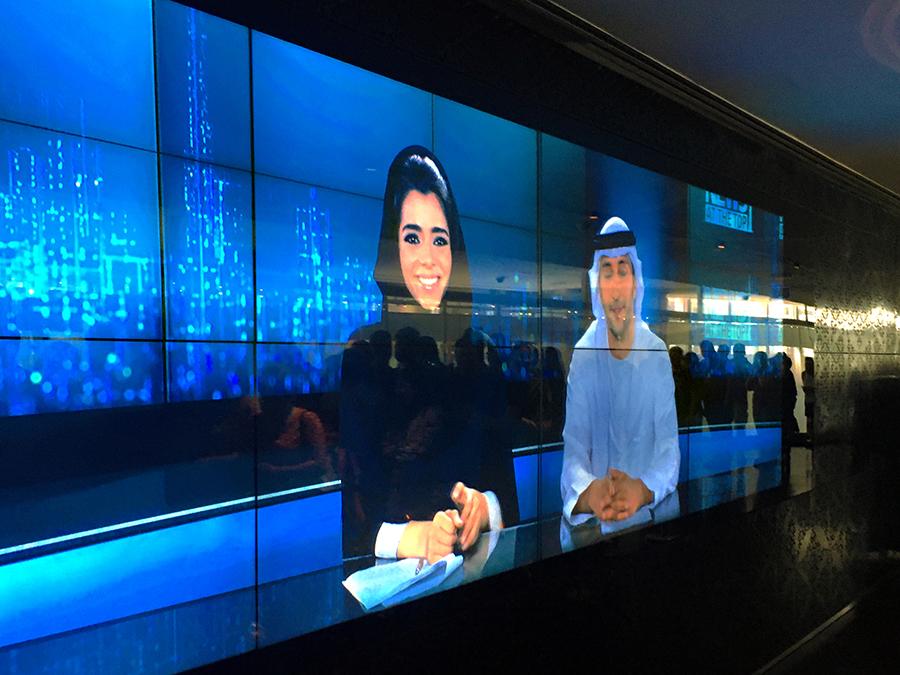 Die Moderatoren der internen Burj-Khalifa-Nachrichten in typisch arabischer Kleidung.