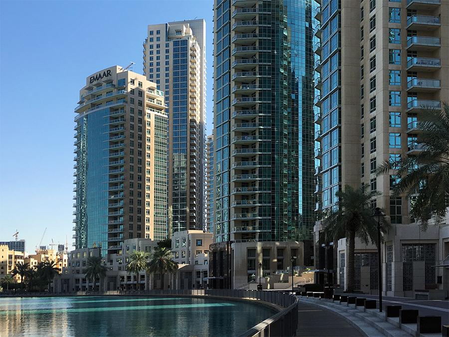 Die Promenade vor der Dubai Mall führt rund um den 'Burj Lake', an dem mittags und abends die berühmten Wasserspiele veranstaltet werden.