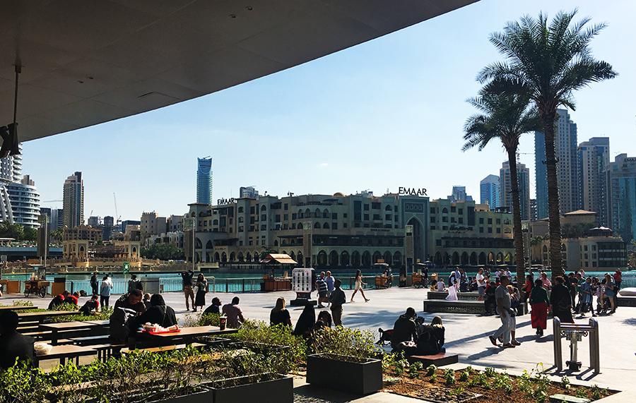 Entspanntes und modernes Großstadtflair am Fuße des Burj Khalifa.