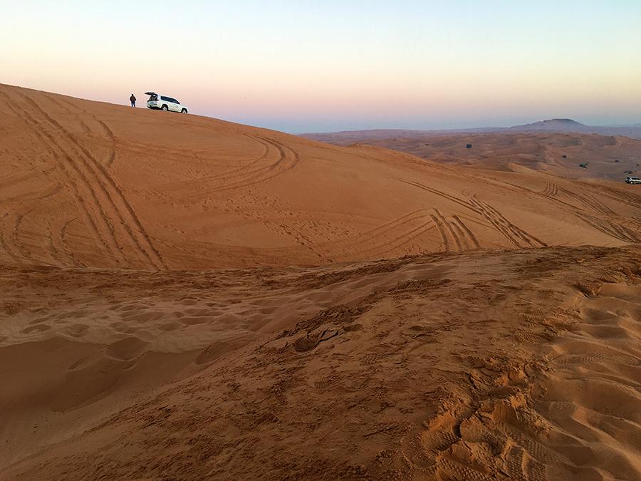 Da oben wartet unser zuverlässiger Guide mit dem Jeep auf uns.