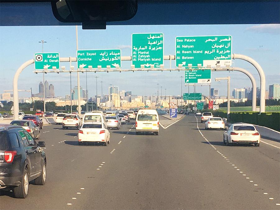 Jetzt sind wir wirklich in einer anderen Welt: Verkehrszeichen mit arabischer Schrift.
