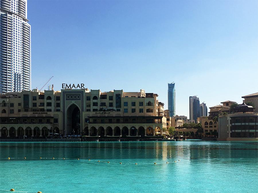 Der 'Burj Lake' vor dem Burj Khalifa in Dubai, in dem jeden Abend mehrmals die größten Wasserspiele der Welt, die 'Dubai Fountains', stattfinden.