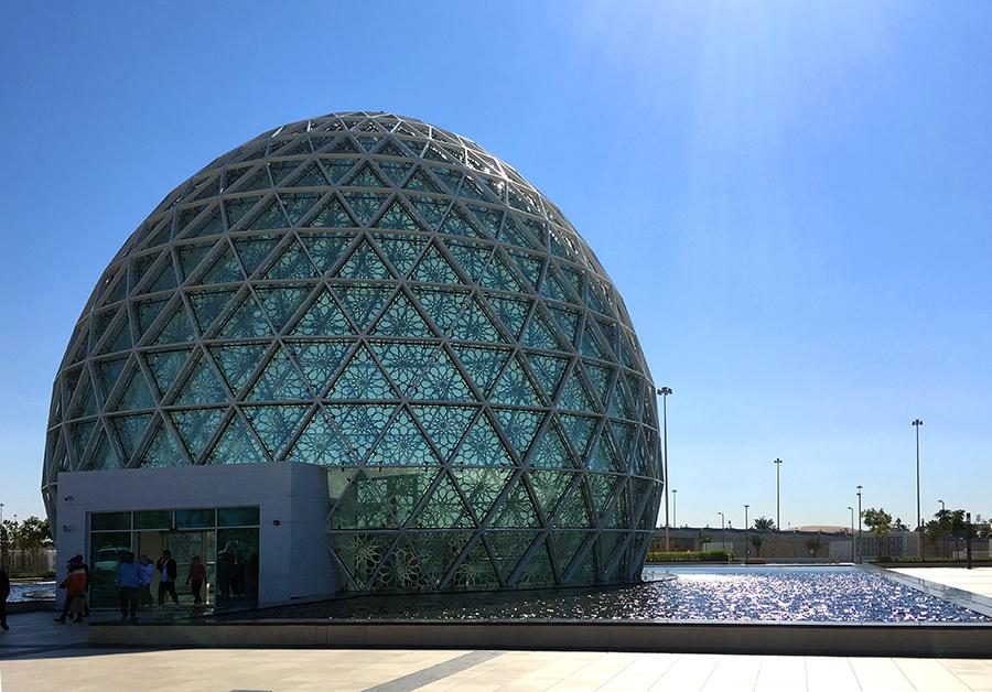 Dieses futuristische Gebäude ist tatsächlich der eigentlich Eingang zur Moschee. Alles weitere findet unter der Erde statt!