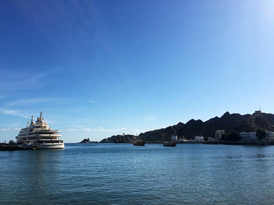 In der Bucht von Maskat liegt die Yacht des Sultans vor Anker - die größte der Welt!
