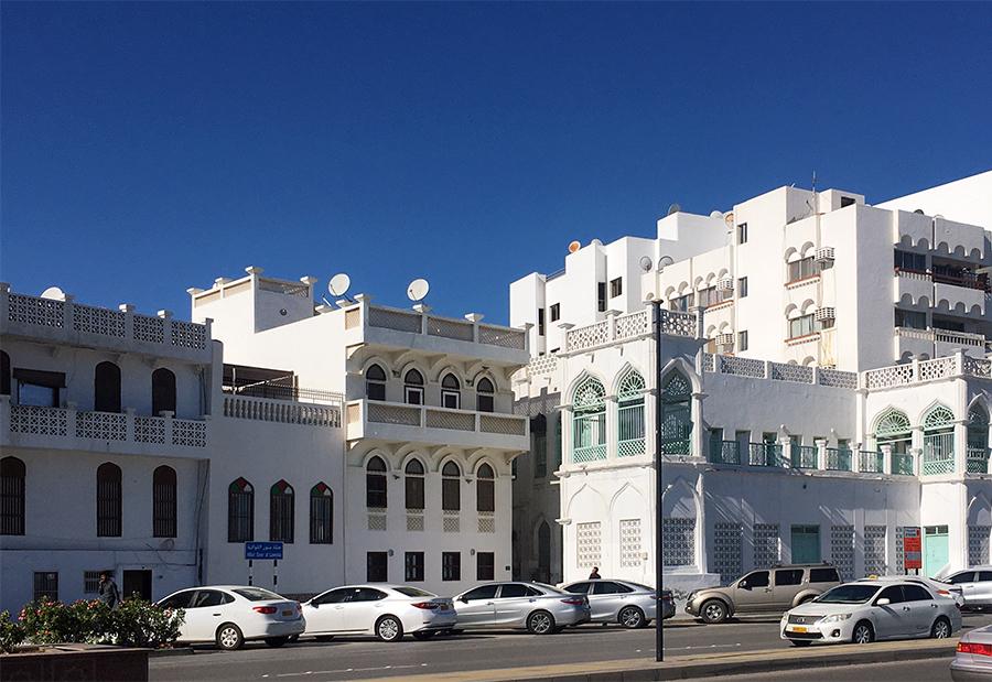 Maskat ist bekannt für seine klassisch reich verzierten, schneeweißen Häuser...