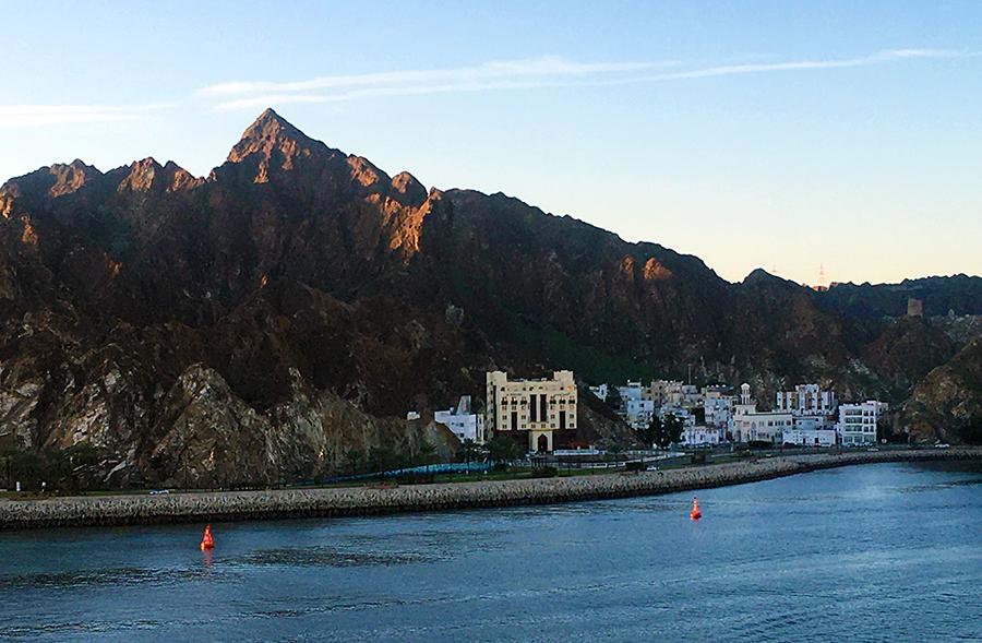 An der Küste ist nur wenig Platz, deshalb zieht sich die Bebauung der Hauptstadt mehrere Kilometer in der Länge.