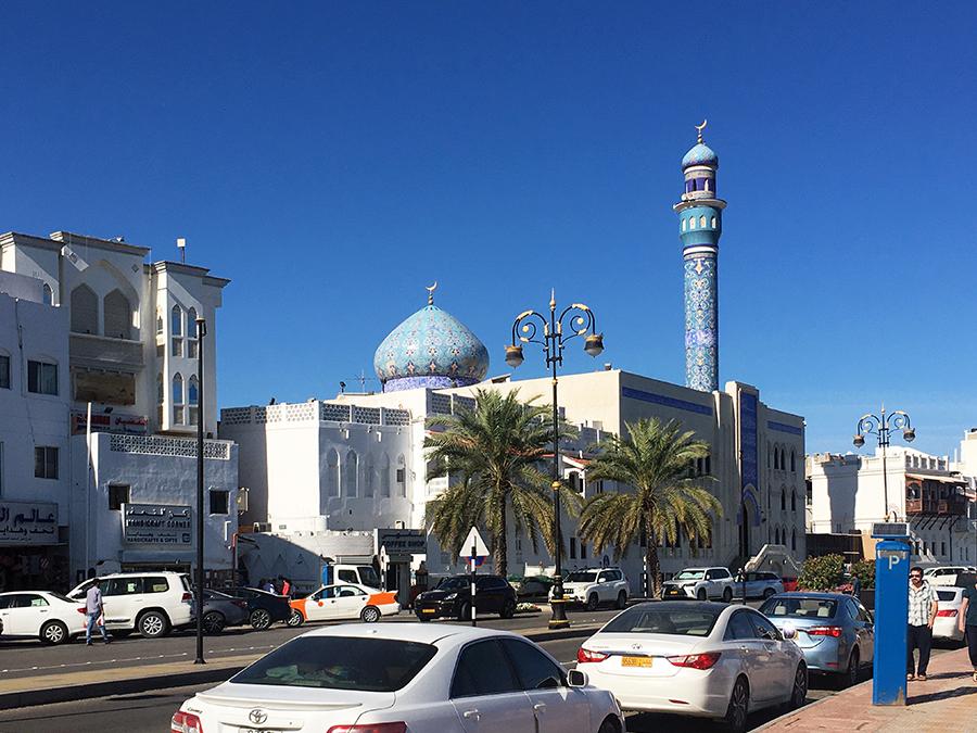 ...vorbei an der mit Mosaiken reich verzierten Moschee von Muttrah.