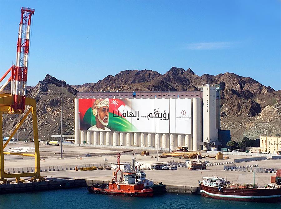 Der beliebte Sultan Qabus ist omnipräsent im Oman, wie hier, auf diesem riesigen Plakat im Hafen.