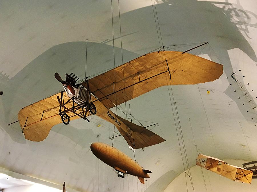 Nostalgische Flugzeuge und Zeppeline...