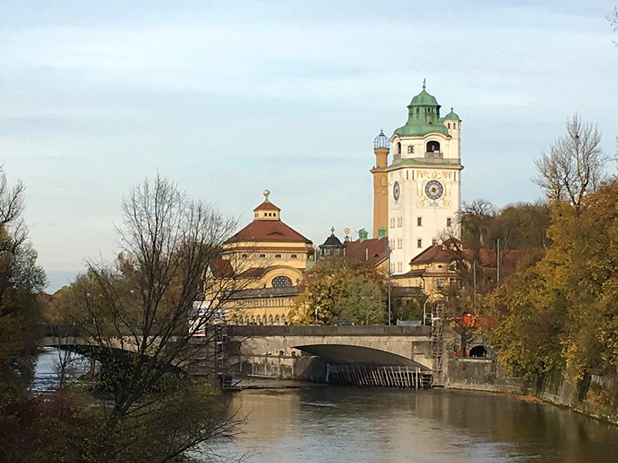 Blick auf das 'Müllersche Volksbad', ein traumhaft schönes Schwimmbad in einem Jugendstilgebäude.