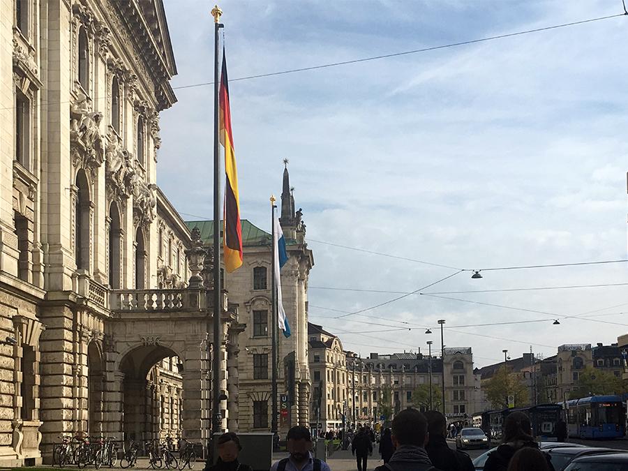 Vom Hauptbahnhof vorbei am Landgericht von München Richtung Stachus.