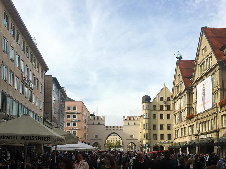 Blick zurück auf Karlstor und dahinter Stachus, aus der Einkaufsstraße.