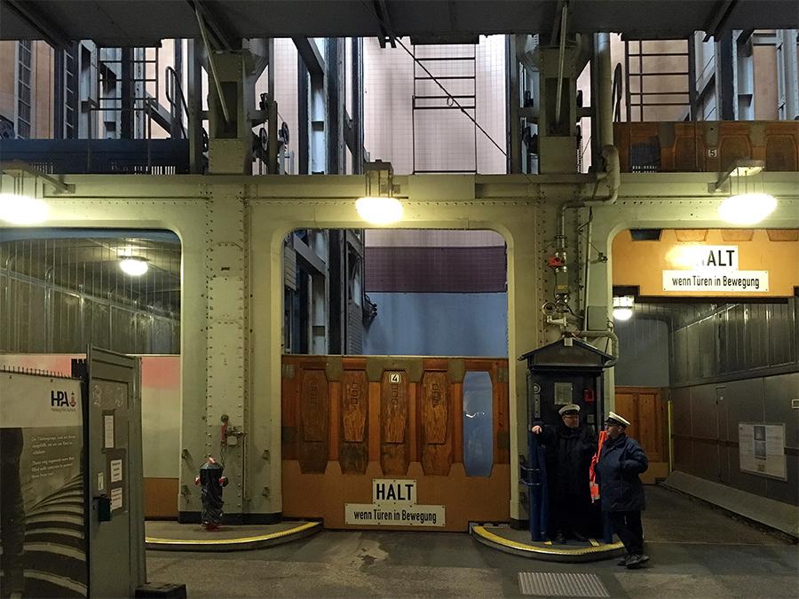 Die Einfahrten in die Aufzüge für Fahrzeuge.