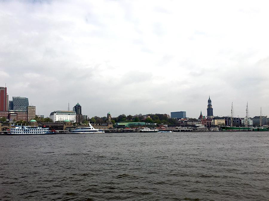 Das gegenüberliegende Ufer. Links erkennt man die grüne Kuppel des Nordeingangs des alten Elbtunnels.