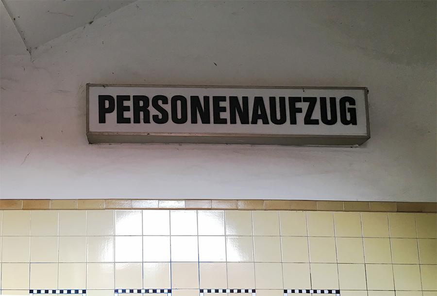 Bitte hier entlang zu den Personenaufzügen.