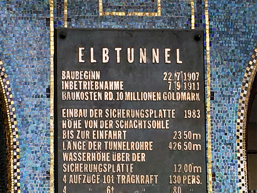 """Schild am Eingang des Alten Elbtunnels. """"Baukosten rd. 10 Millionen Goldmark"""", aber hallo!"""