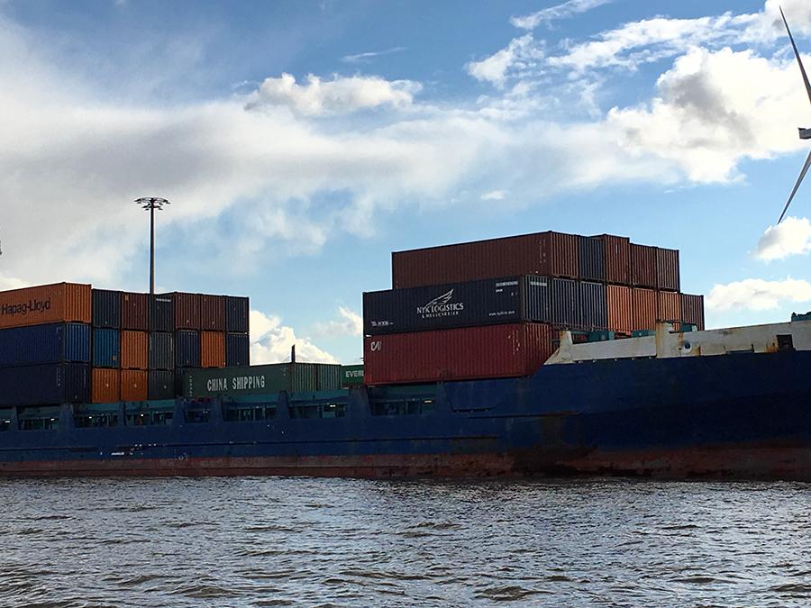 ...und Container über Container, das ist Hamburg!