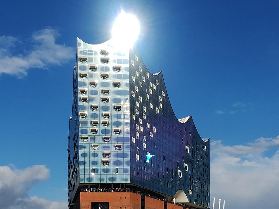 Die Elbphilharmonie im Hamburger Hafen im gleißenden Sonnenlicht.