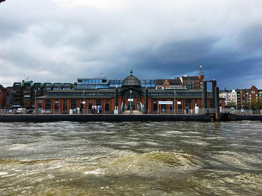 Der Fischmarkt in Hamburg von der Hafenseite aus gesehen.