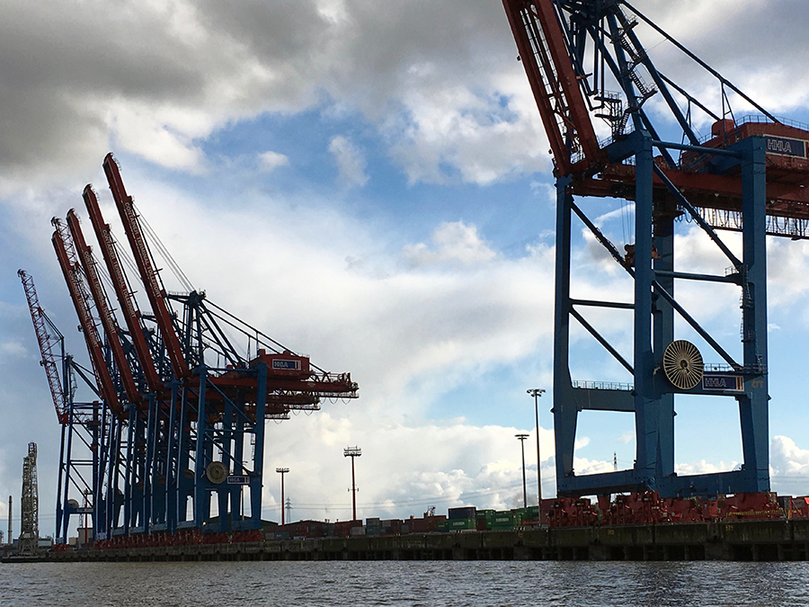 Vorbei am Containerterminal Buchardkai...