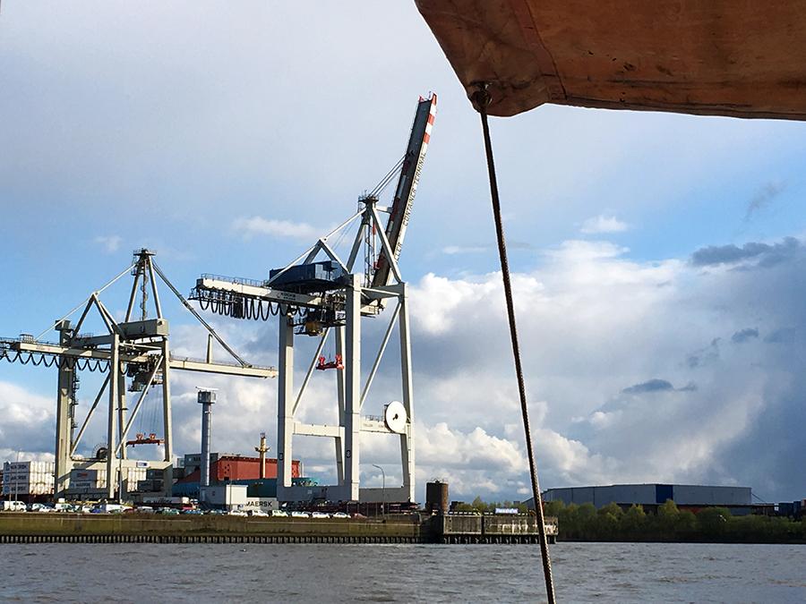 ...und dem Containerterminal Tollerort, dem kleinsten der insgesamt vier Terminals des Hamburger Hafens.