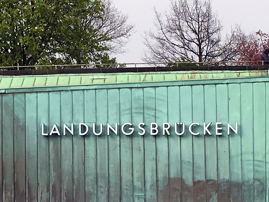 Bei den St.-Pauli-Landungsbrücken - jetzt sind wir fast da!
