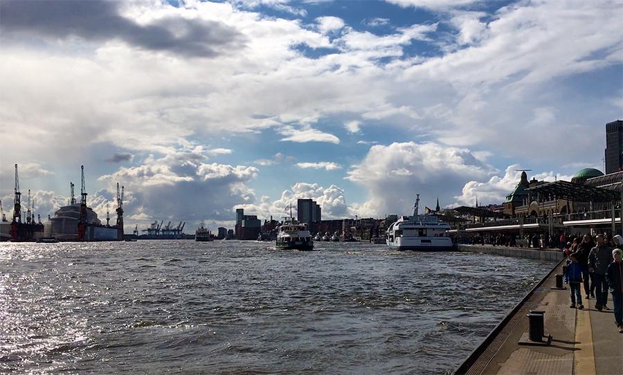 An den Landungsbrücken in Hamburg entlang flanieren.