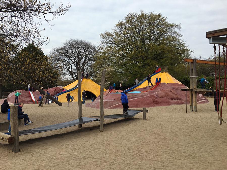 ...viel Sand und eine Gummiplanenbahn...