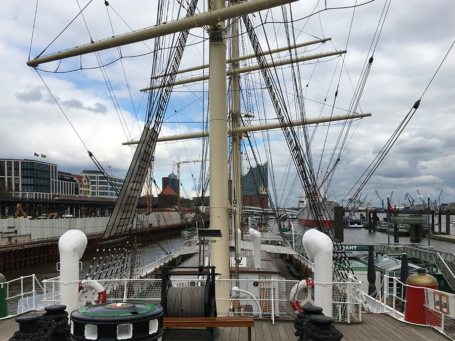 Das macht Spaß, auf so einem Segelschiff herumzustromern! Seht ihr im Hintergrund übrigens die Elbphilharmonie?