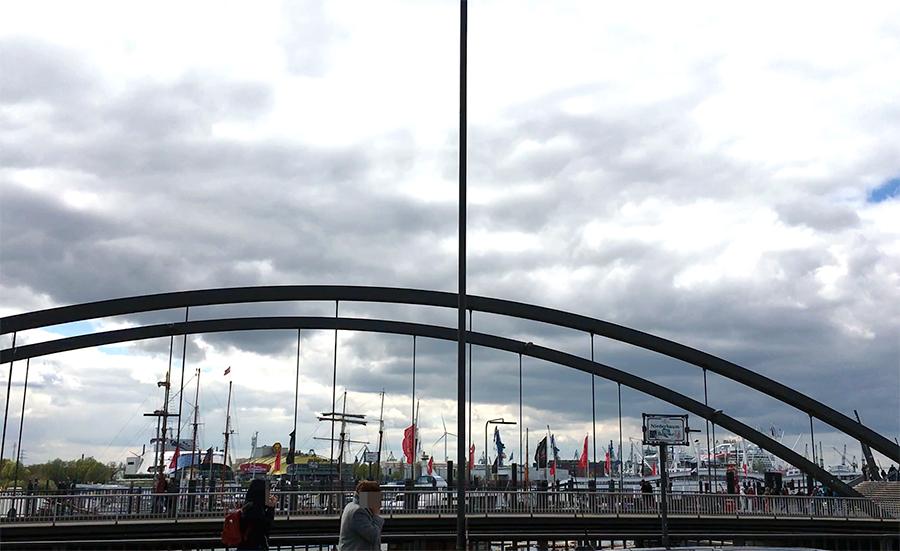 Blick über die Kehrwiederbrücke auf die vielen Yachten und Schiffe, die vor Anker liegen.