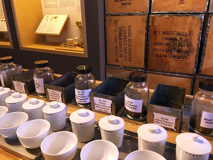 Staunend betrachten wir die vielen, vielen Teesorten...