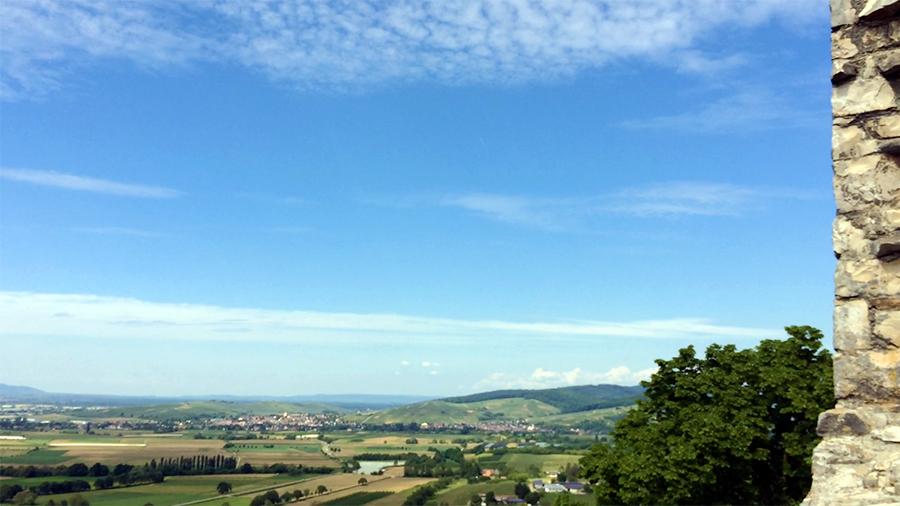 Weiter Blick über das Land, Felder und Wiesen.