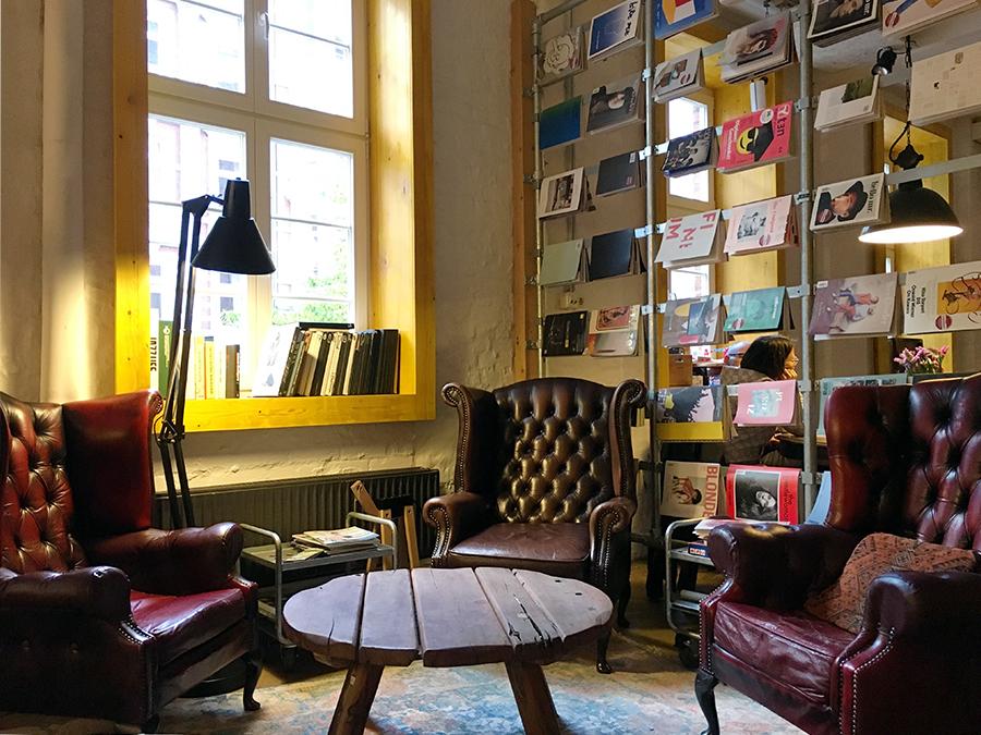 Urige Sitzecke mit Lederpolstersesseln und Holztisch.