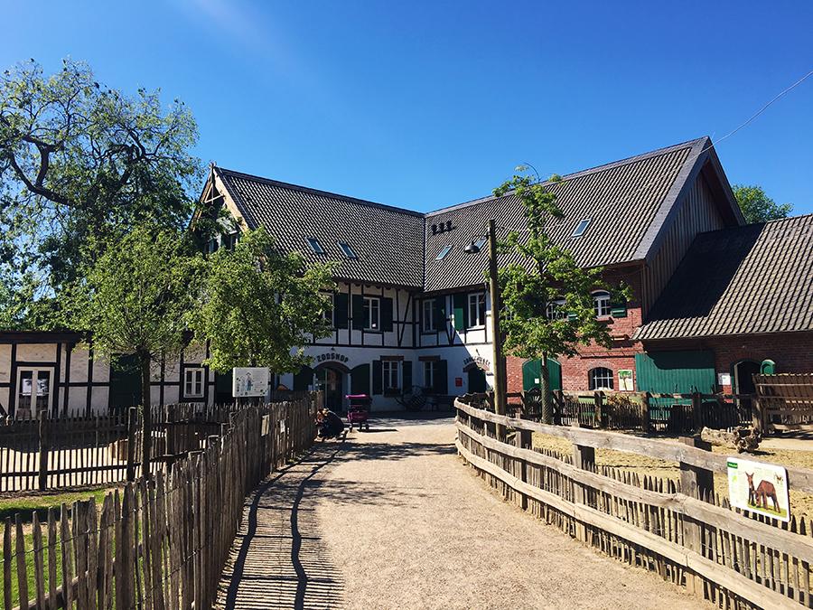 In einem typisch bergische Fachwerkgebäude sind der Zoo-Shop und die Zoo-Schule untergebracht.
