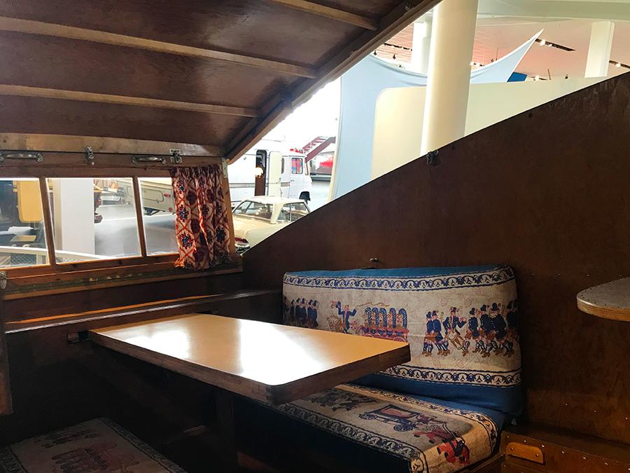 Wie liebevoll eingerichtet der Wohnwagen ist, mit handgenähten Sitzkissen und farbenfrohen Mini-Gardinen.