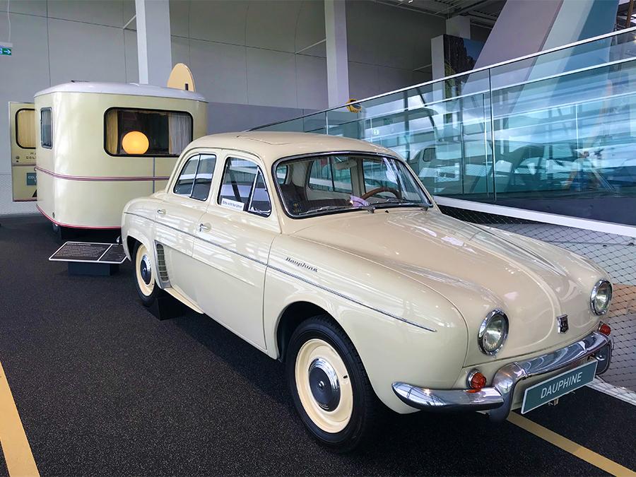 Neben den ganzen coolen Anhängern und außergewöhnlichen Wohnmobilen stehen hier im Erwin-Hymer-Museum auch wirklich ein paar tolle Oldtimer, wie dieser Renault Dauphine...