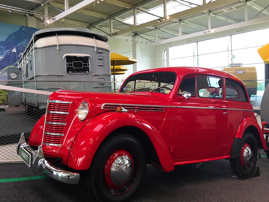 Ein uralter, knallroter Opel Kadett - jedes Fahrzeug hier hat eine Geschichte zu erzählen.