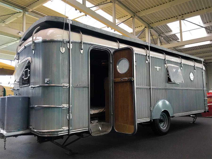Und was für einen beeindruckenden Wohnwagen diese Limousine zieht! Wahrlich ein Haus auf Rädern.