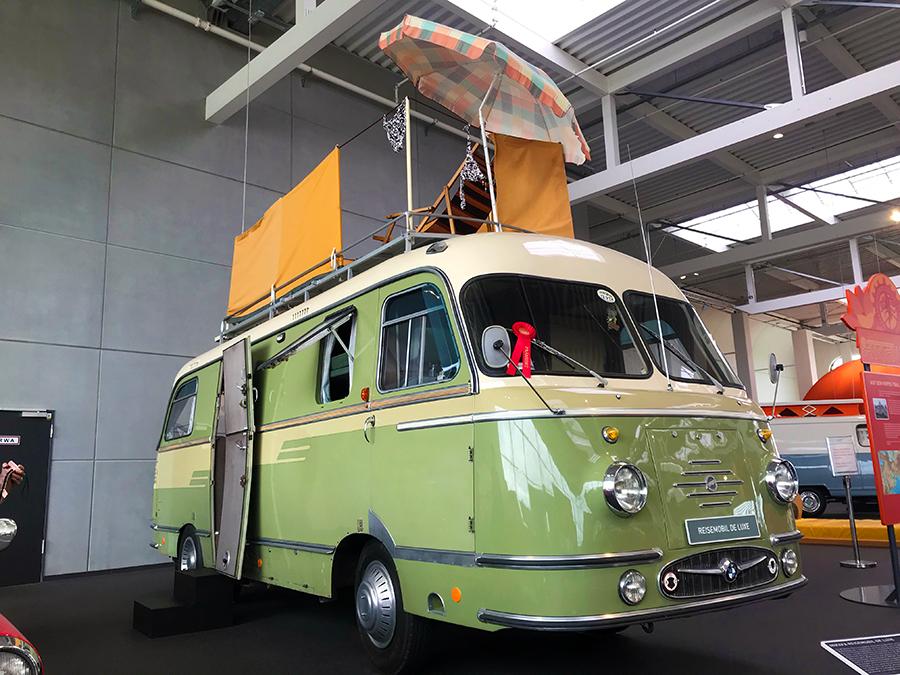 """Doch auch richtige, große Wohnmobile gab es schon: hier das """"Reisemobil de Luxe"""", samt Sonnenschirm und Sichtschutz auf dem Dach!"""