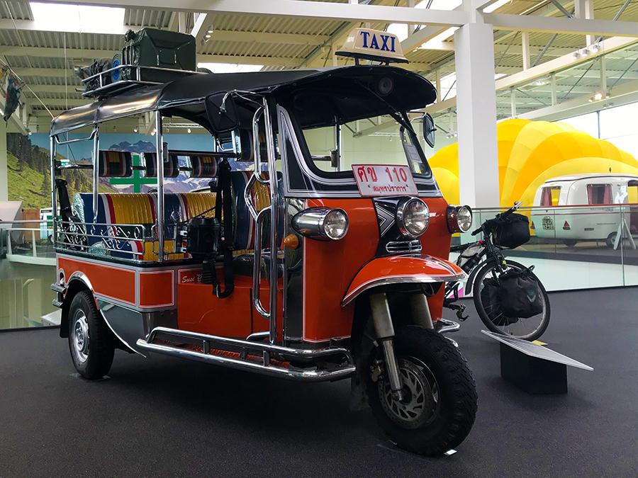 Sogar ein waschechtes Tuktuk, eine Auto-Rikscha, hat den Weg von Thailand entlang der Seidenstraße über Afrika bis hierher nach Deutschland ins Erwin-Hymer-Museum gefunden!