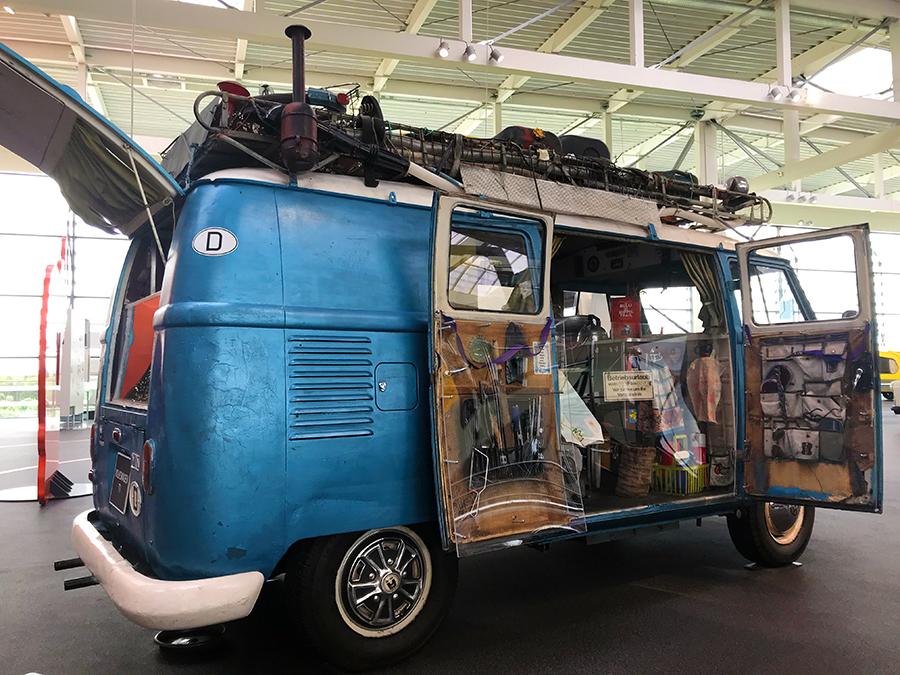 Voller Werkzeuge, Zubehör, Campingutensilien und Reise-Souvenirs - ein wahrer Weltenbummler!