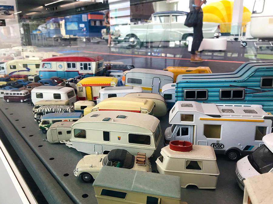 Es gibt auch eine Vitrine mit unzähligen, nostalgischen Wohnmobil- und Wohnwagen-Modellen, hach!