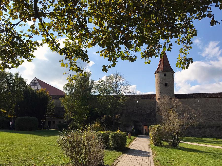 Auf dem Weg vom Parkplatz P1 durch die Stadtmauer in die Altstadt von Rothenburg ob der Tauber.