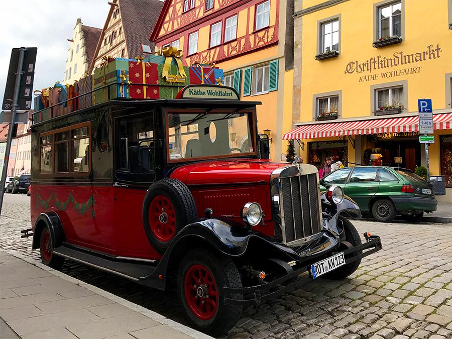 Einer der vielen Oldtimer, die durch Rothenburgs Straßen fahren. Dieser hier ist aber zusätzlich im Weihnachtsgeschäft!