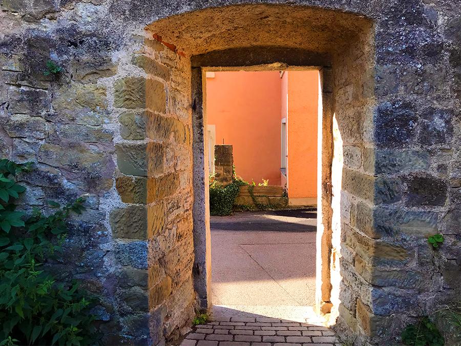 Eine hutzelig kleine Türe als Durchgang und beeindruckend dicke Mauern!