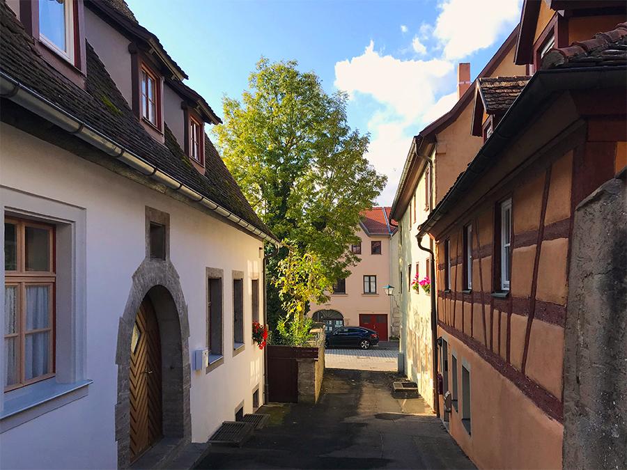 Das sieht schon wunderschön aus: Durch eine Gasse Richtung Altstadt von Rothenburg ob der Tauber.