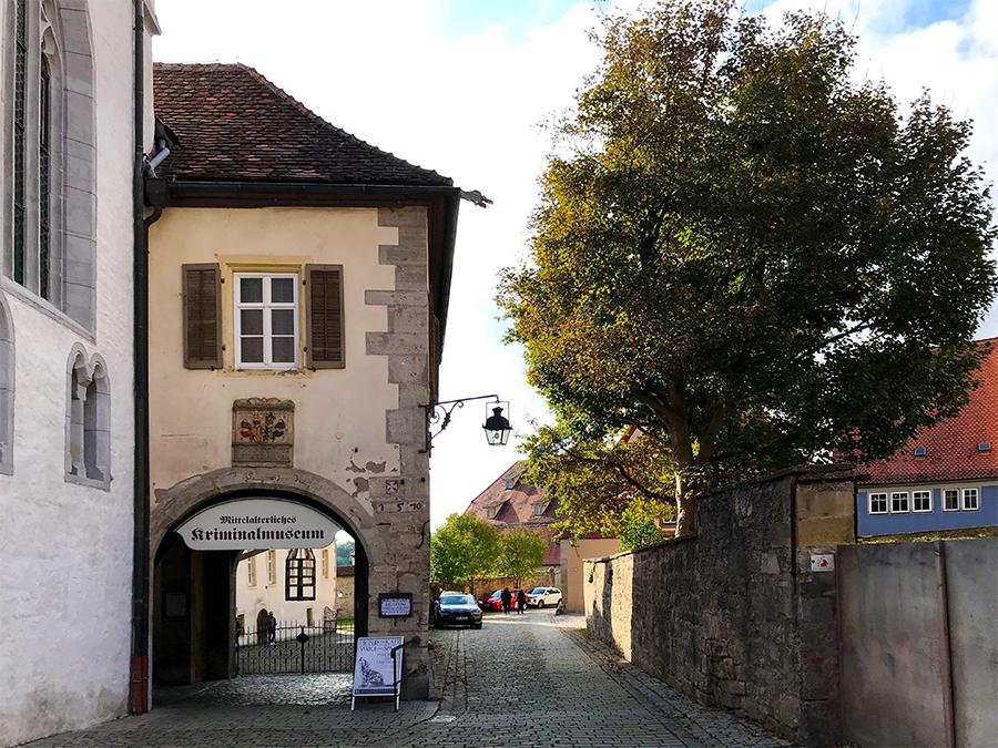 In einer ruhigen Seitenstraße befindet sich das Mittelalterliche Kriminalmuseum von Rothenburg ob der Tauber.