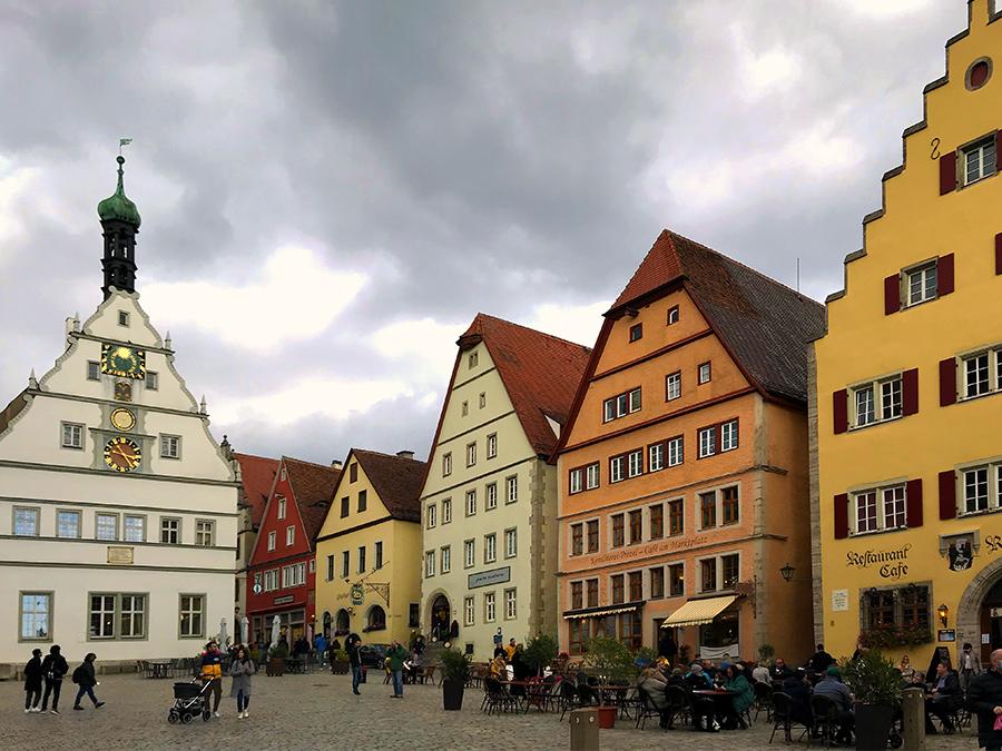 Der Marktplatz von Rothenburg ob der Tauber ist umgeben von mächtigen Stadthäusern.