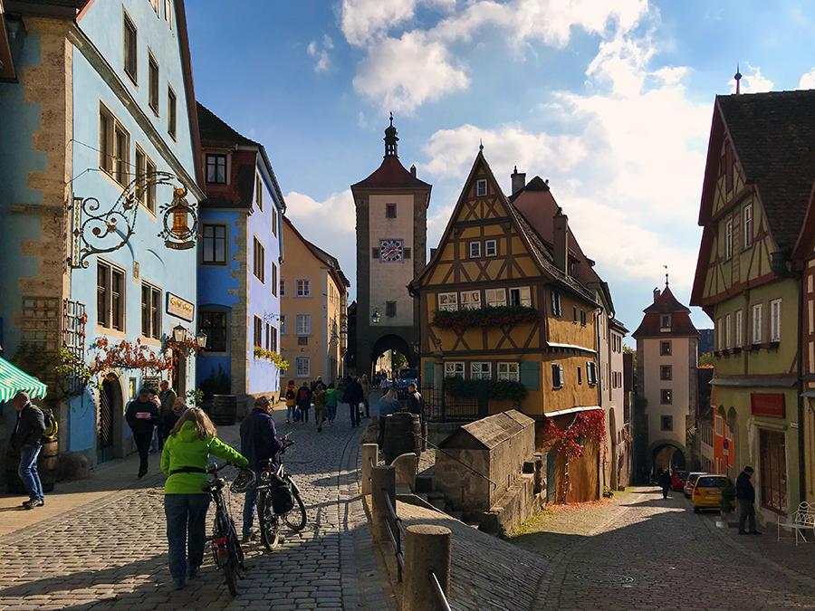 """Idyllisches Rothenburg ob der Tauber, direkt am """"Plönlein"""", dem berühmten Platz am Brunnen."""